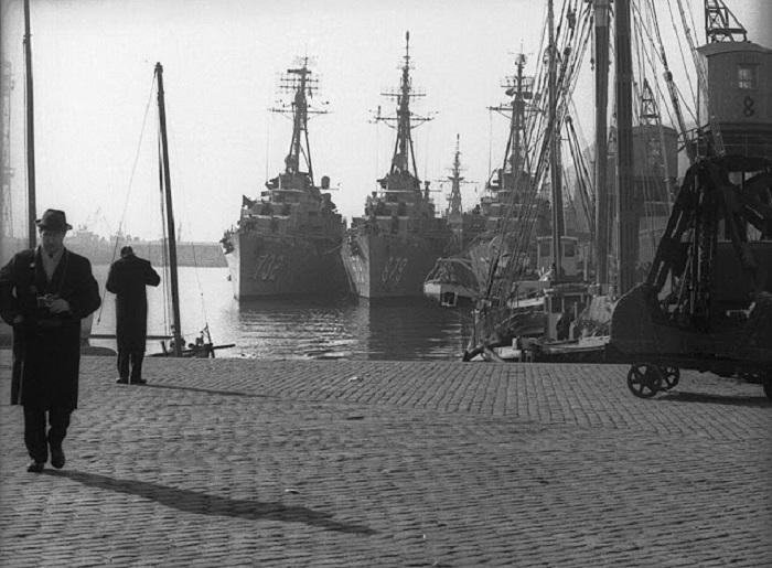 Военные корабли, вставшие на якорь в бухте.