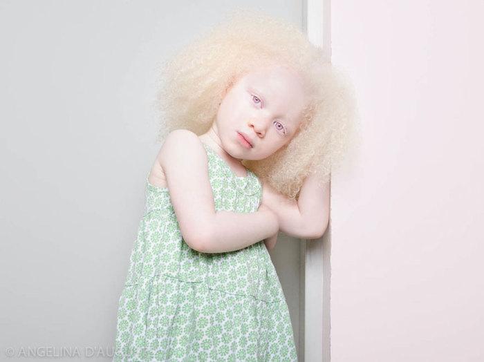 Маленькая девочка с кудрявыми локонами.
