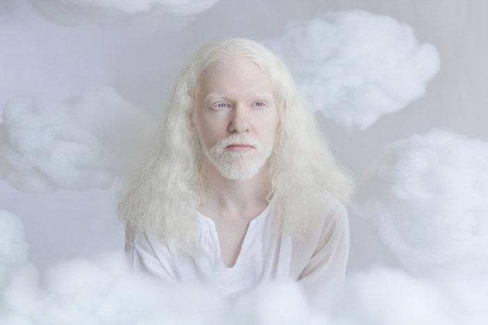 Элиран в образе ангела, который наблюдает с небес.