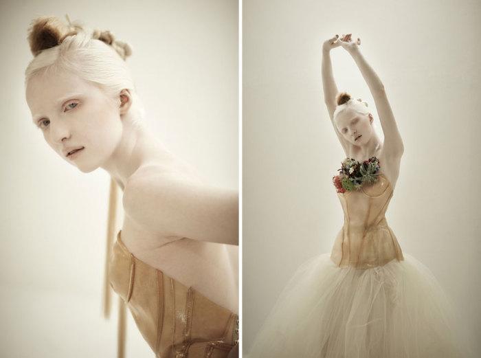 Балерина в балетной студии у станка.