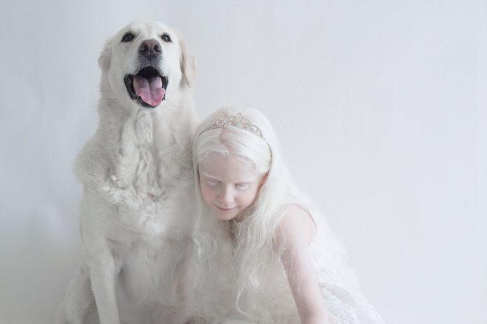 Девочка с молочной кожей обнимает своего любимого питомца.