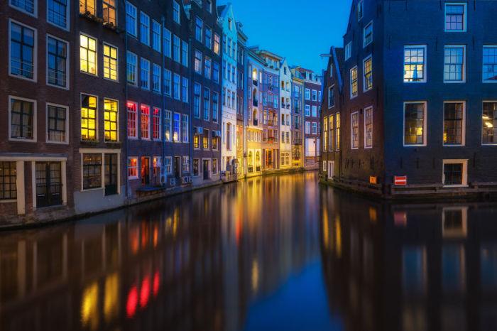 Яркие огни ночного Амстердама делают его похожим на сказку.