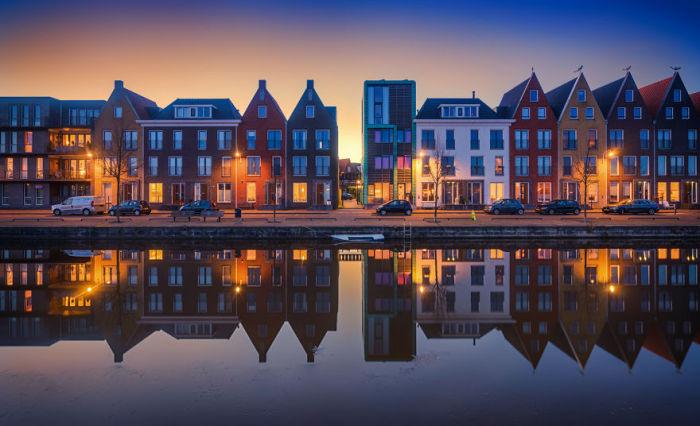Красочные дома в Нидерландах в вечернее время.