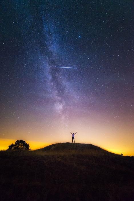 Метеорный поток, образуется остатками кометного «хвоста».