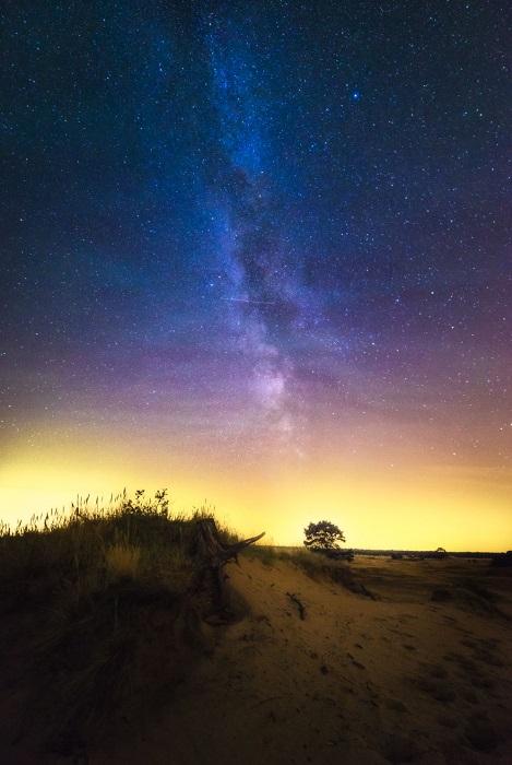 Завораживающая красота ночного неба над заповедником песчаных дюн.