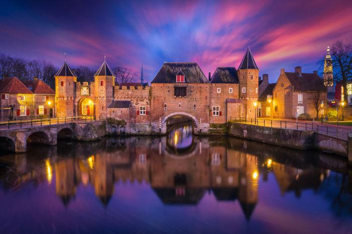 Крепость Коппельпорт с подсветкой в ночное время.