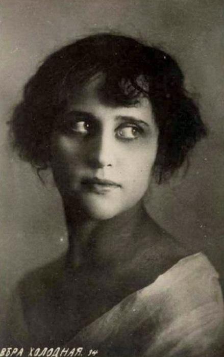 Впервые встретивший Веру режиссер Гардин описал ее красоту как «манящую и отравляющую» одновременно.