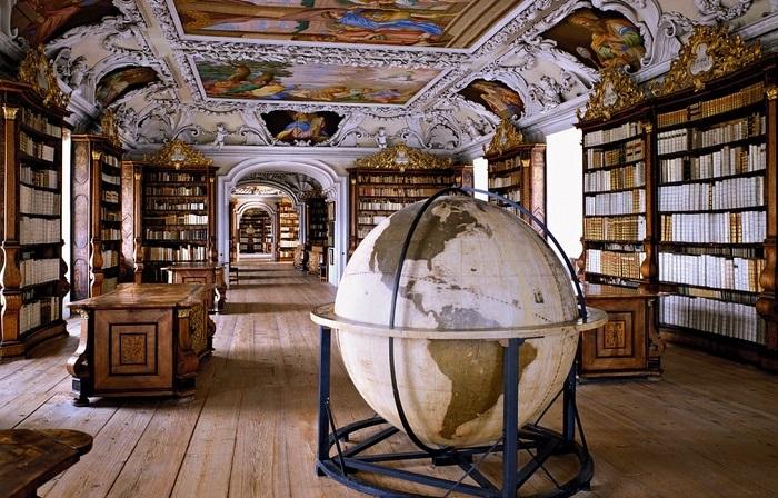 Снимки старинных и величественных библиотек мира.