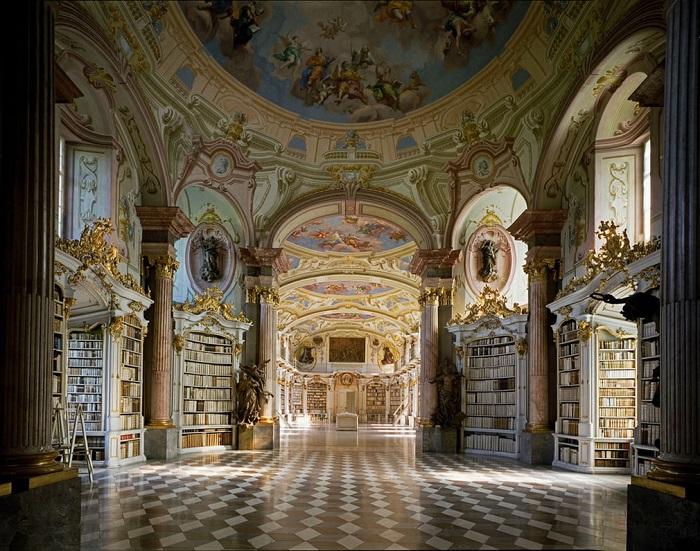 В одной из самых крупных библиотек Австрии собрано более 70 тысяч древних рукописей различной тематики.