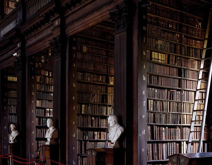 Старинное здание хранит древний фолиант - легендарную Келлскую книгу, написанную монахами на рубеже 8-9 веков.