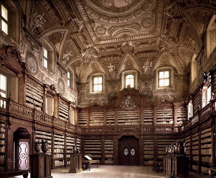 Старейшая библиотека Неаполя, расположена на территории монастырского комплекса, открыла свои двери для посетителей с 1586 года.