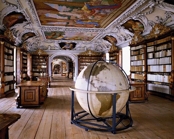 Среди 160 тысяч книг, хранящихся в монастырской библиотеке, самой ценной считается евангелие «Codex Millenarius».