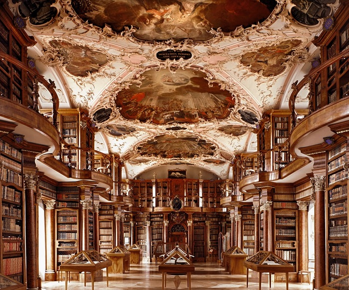 Коллекция книг самой древней библиотеки Швейцарии насчитывает около 160 тысяч книг, древних рукописей и манускриптов.