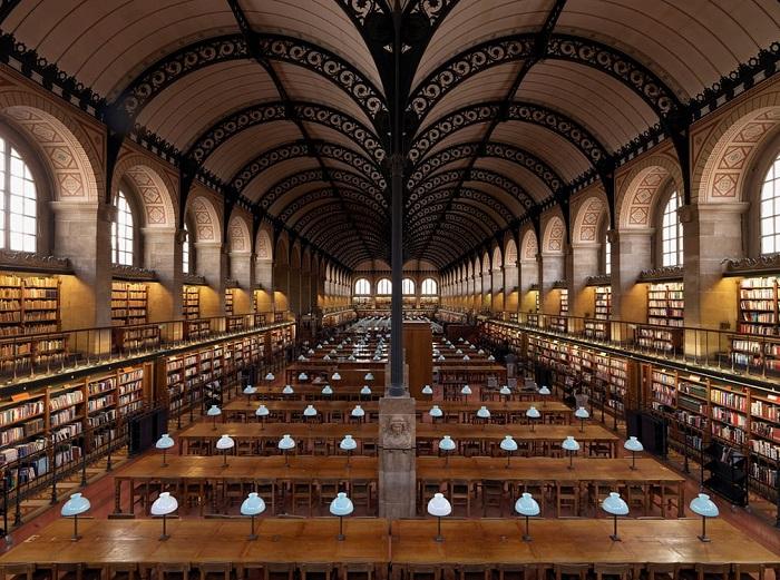 В 18 веке монастырская библиотека, книги в которой собирались с 800-х годов, одной из первых в Париже открыла двери для всех горожан.