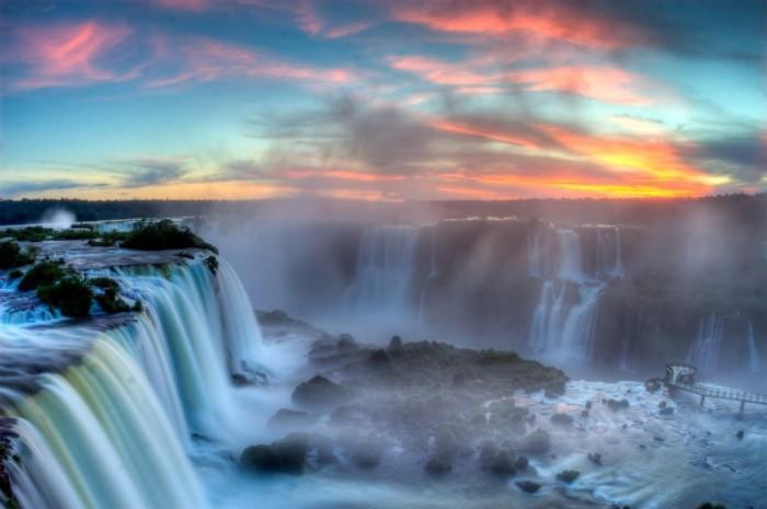 Река известна своим знаменитым каскадом водопадов, который образует водосток в семь раз превышающий Ниагарский водопад.