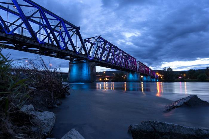 Одна из главнейших рек в Канаде, берущая своё начало на склонах Скалистых гор и впадающая в Тихий океан.