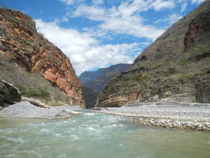 Один из истоков Амазонки длиной 2000 км., вытекающий из горного озера Паткоча в Андах.