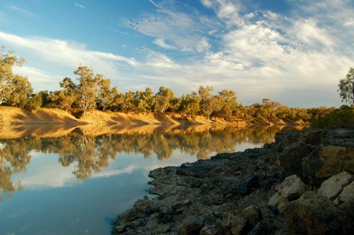Небольшая река, периодически пересыхающая, но очень живописная, когда полноводна и впадает в озеро Эйр только в сезоны дождей.