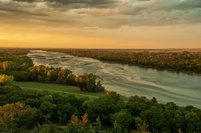 Правый приток Миссури, образованный слиянием нескольких рек, протекающий по штату Небраска.