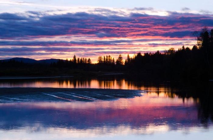 Самая крупная река на северо-востоке Канады, протекающая через Альберту, Саскачеван и Манитобу и впадая через Гудзонов залив в Атлантический океан.