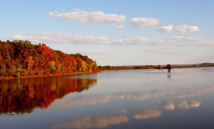 Глубокая река на востоке США, левый самый длинный и многоводный приток реки Огайо в бассейне Миссисипи.