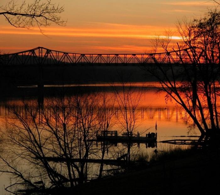 Полноводный приток Миссисипи, образующийся в результате слияния двух других рек: Аллегени и Мононгахела в Питтсбурге.