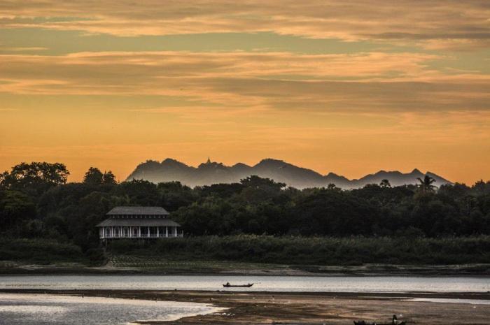 Крупнейшая река в Бирме длиной около 2000 километров, крайне важна для экономики страны не только из-за запасов пресной воды, но из-за того, что служит основным источником перевозок.