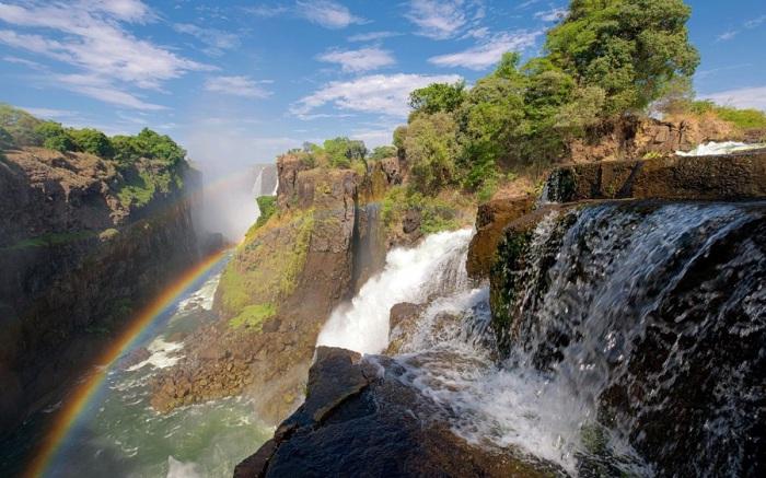Четвертая по протяженности река Африки, протекающая через Анголу, Намибию, Ботсвану, Замбию, Зимбабве и завершает свой путь в Мозамбике, где впадает в Индийский океан.