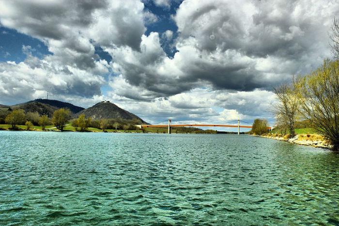 Вторая по длине река в Европе, берущая исток в Германии и протекающая по территории Австрии, Словакии, Венгрии, Хорватии, Сербии, Болгарии, Румынии, Украине и Молдавии, впадая в Чёрное море.