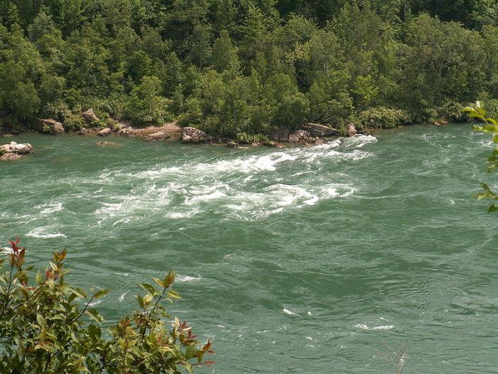 Большая и важная река в Северной Америке, знаменита своим водопадом и соединяющая между собой озёра Эри и Онтарио.