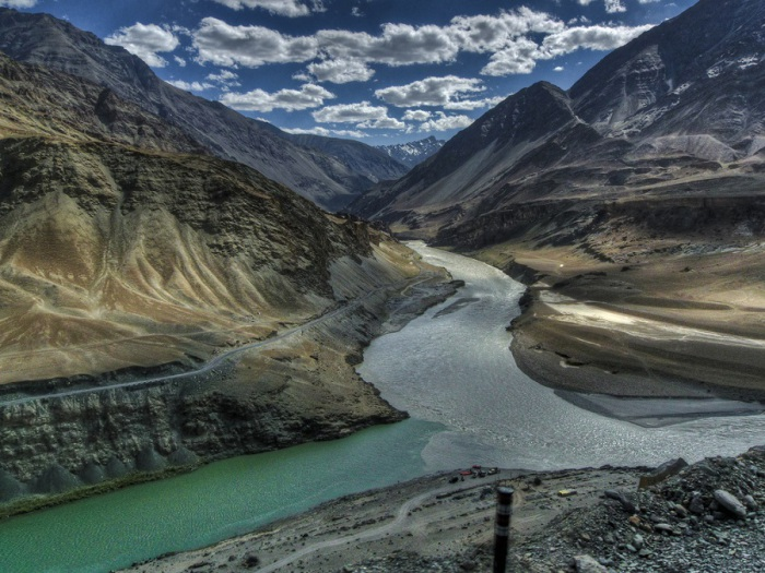 Река, берёт начало на территории Китая в Гималаях и протекает большей частью по территории северо-западной Индии и Пакистана.