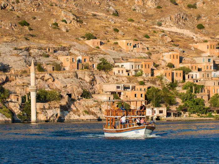 Самая длинная река Западной Азии, протекающая через Турцию, Сирию и Ирак.