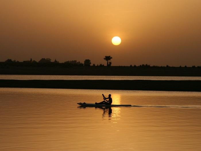 Третья по величине река Африки после Нила и Конго, протекающая по странам: Мали, Нигер, Бенин и Нигерия, а затем впадает в Гвинейский залив Атлантического океана.