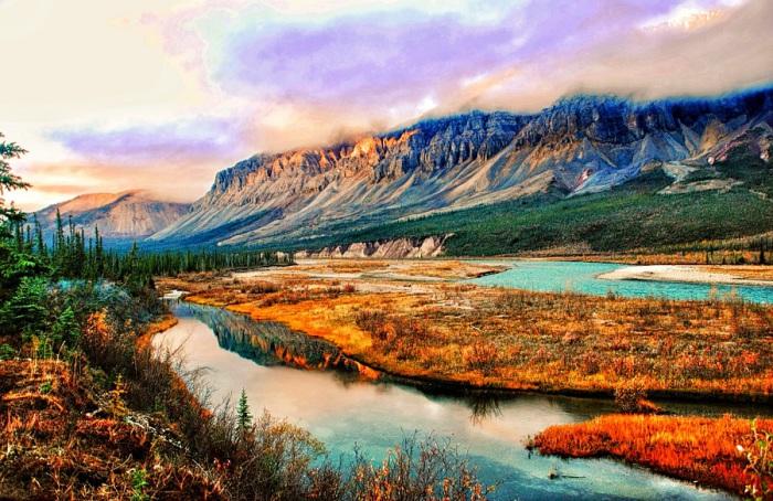 Крупнейшая судоходная река Канады и всего американского севера, названа в честь открывшего её Александра Маккензи.
