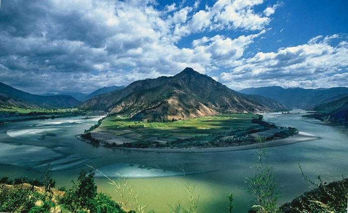 Самая длинная и полноводная река на всем материке Евразия.