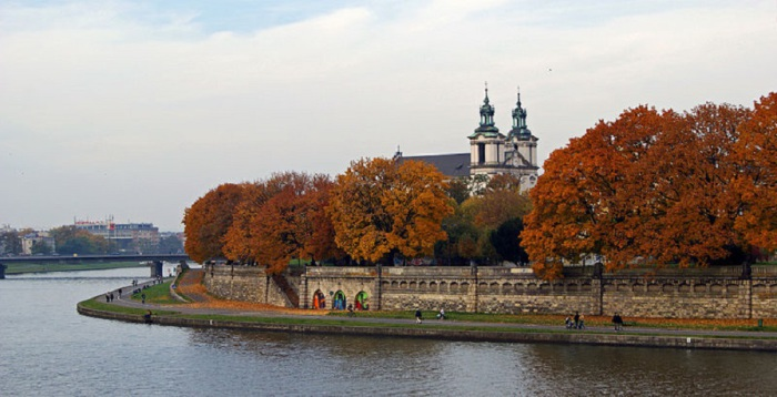 Самая крупная река в Польше своё начало берёт в Западных Карпатах и впадает в Балтийское море, разделяя страну на две части.