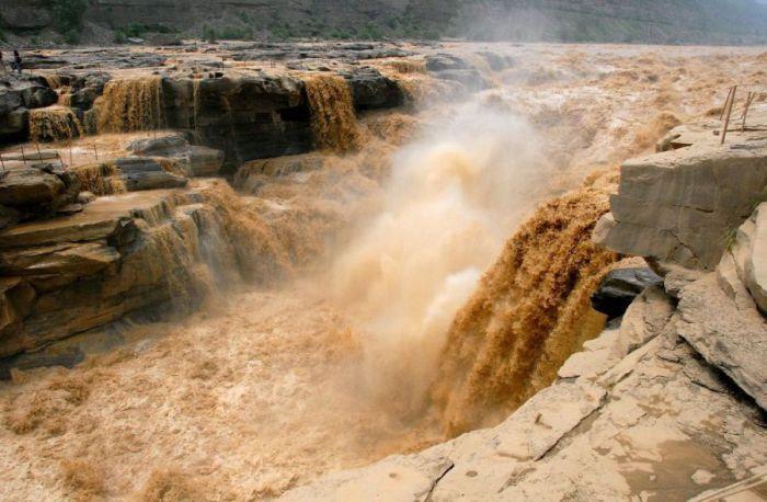 «Жёлтая река» является одной из самых крупных рек в Китае, приносящая местным жителям не только радость, но и горе.