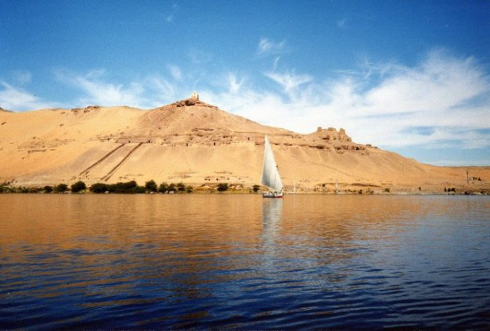 Река берёт начало на Восточно-Африканском плоскогорье и впадает в Средиземное море, образуя дельту.