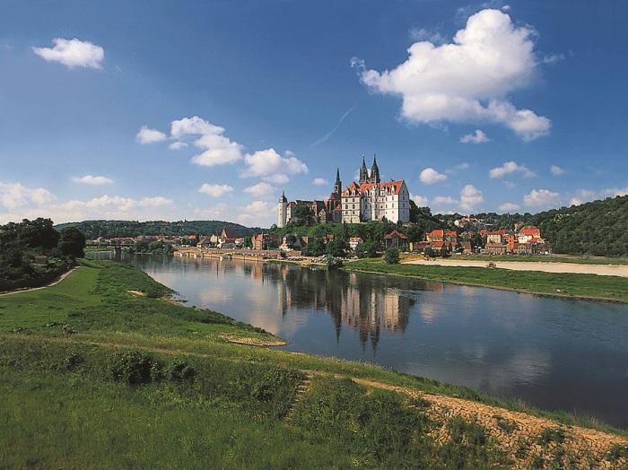 Река протекает по территории Германии и Чехии и является одной из важнейших рек в этом регионе.