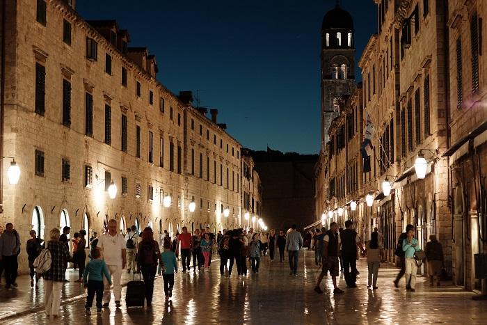 Улица была построена в 12 веке для купцов, торговцев и банкиров, а теперь она стала Меккой для покупателей, гурманов и туристов.