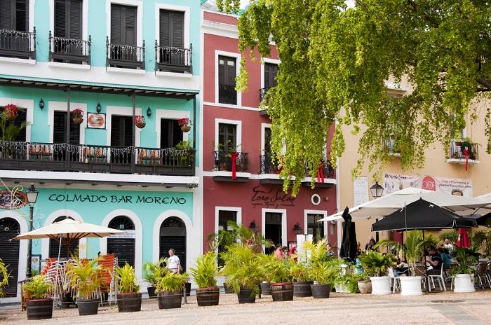 Разноцветные фасады и аккуратная белая лепнина - вот что украшает улочки Сан Хуана, а обилие вазонов с цветами и клумб придаёт этим местам живописности.