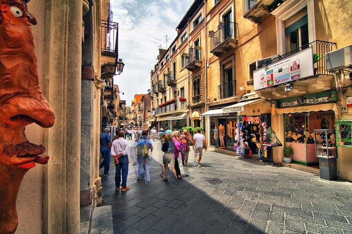 Удивительное переплетение средневекового стиля и остатков греческого театра дало городу Таормина удивительной красоты улицы. Арки, балконы и статуэтки вносят разнообразие и своеобразный колорит.