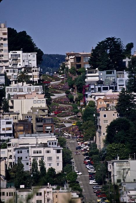 Примечательная уже своими домиками в викторианском стиле и зелёными ландшафтами, улица заработала свою славу за знаменитые 8 крутых поворотов.