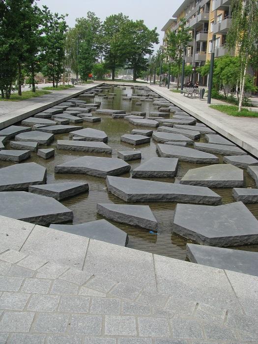 Речушка Румбик, которая дала имя улице и раньше несла свои воды под землей, ныне течёт уже на поверхности, став неотъемлемой частью урбанистического ландшафта и центральной достопримечательностью всего города.