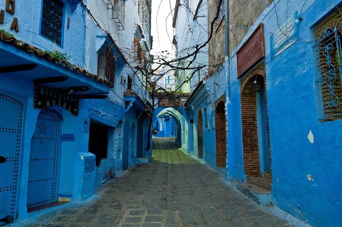 Вид на одну из многочисленных, раскрашенных в синий цвет улиц.
