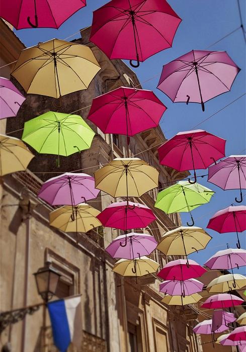 На одном из бульваров города Агуеды в Португалии расположилась яркая и неповторимая инсталляция, созданная фирмой «Sextafeira», которая называется «Парящие зонтики».