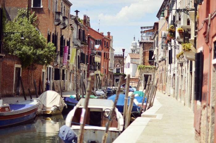 самую оригинальную улицу: в ней тротуары мирно уживаются с каналами, наполненными водой. А транспорт представлен не машинами и автобусами, а лодочками.
