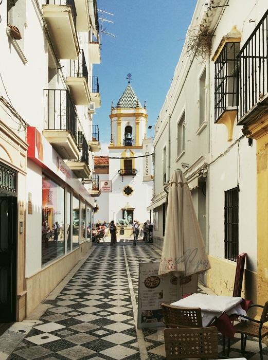Улицы города Ронда отличаются не столько оригинальностью своих фасадов, сколько декоративностью уличного мощения. Камни здесь складываются в узоры - строго продуманные и разнообразные.