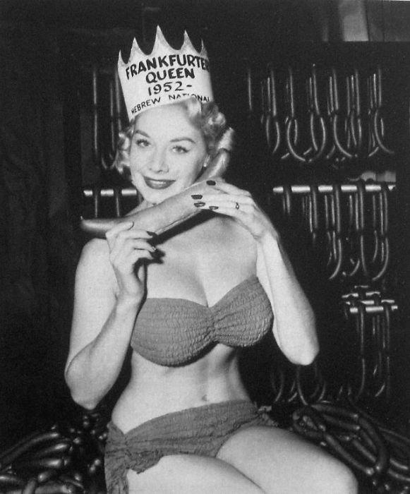 Такие конкурсы красоты проводились во время празднования Национальной недели хот-догов и победа здесь считалась весьма почетной.