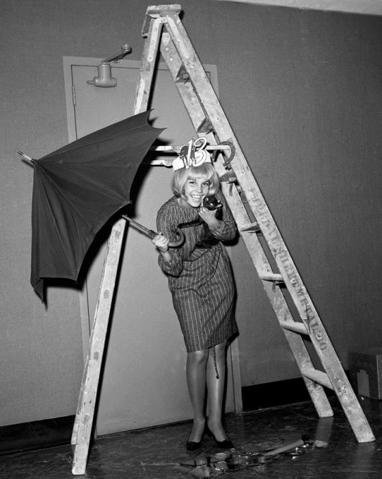 Синди Кэрол стала Королевой Анти-Трискаидекафобии в пятницу тринадцатого. Трискаидекафобия — боязнь числа 13.